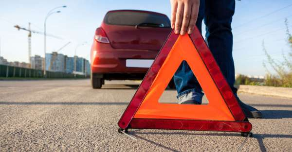 voiture-arretee-sur-la-route-warning-sign.jpg