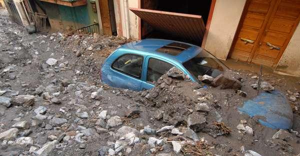 Voiture engloutie sous gravats suite séisme et tremblement de terre catastrophe naturelle