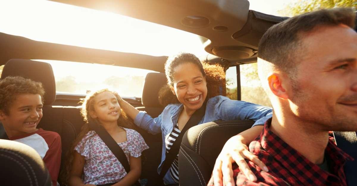 Famille en voiture avec leurs ceintures de sécurité attachées