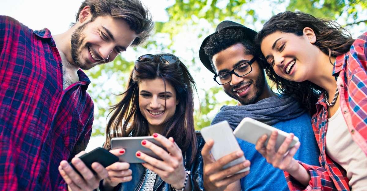 jeunes qui échangent sur les réseaux sociaux leurs données personnelles