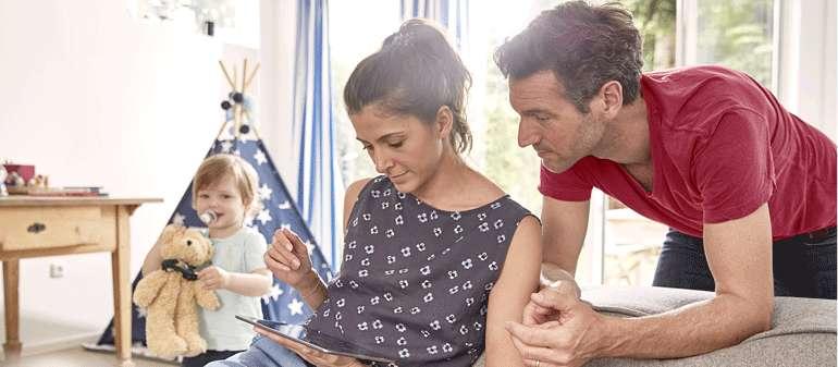 Un couple utilise une tablette numérique à son domicile