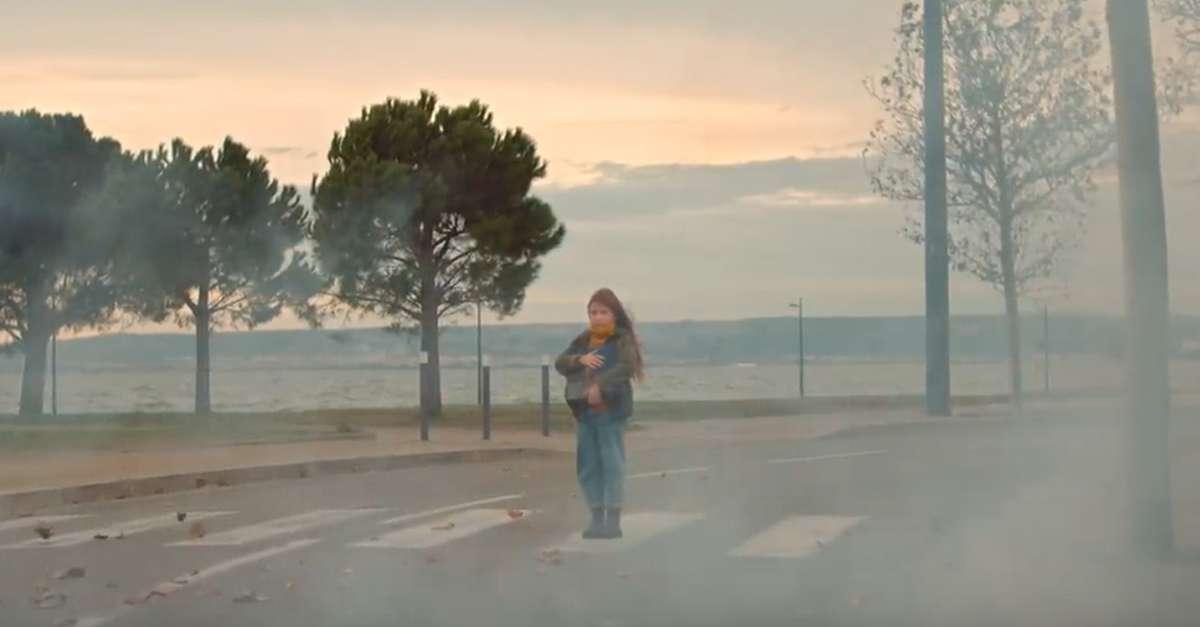 Jeune fille à pied à l'arrêt sur un passge piéton