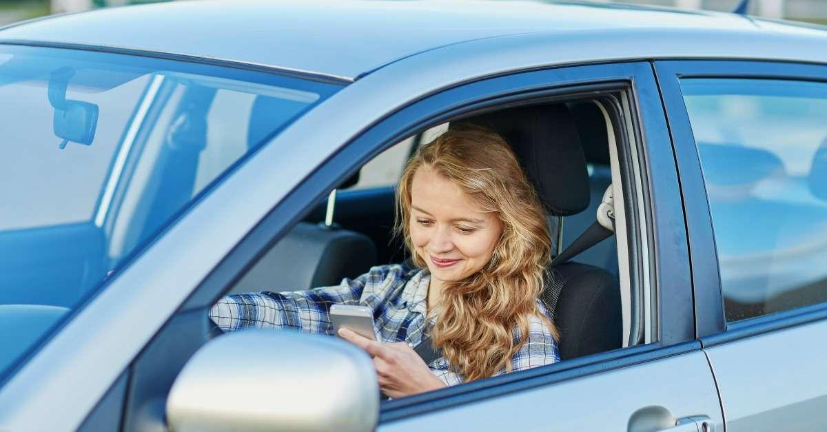 Conductrice qui utilise son smartphone au volant