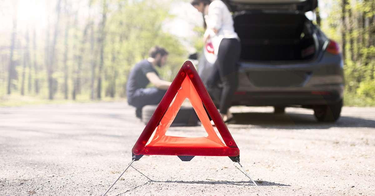 voiture en panne avec triangle de warning rouge