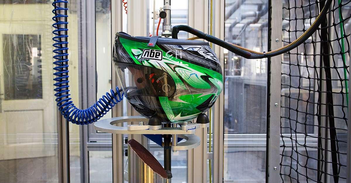 test de casque de moto avec un impact oblique