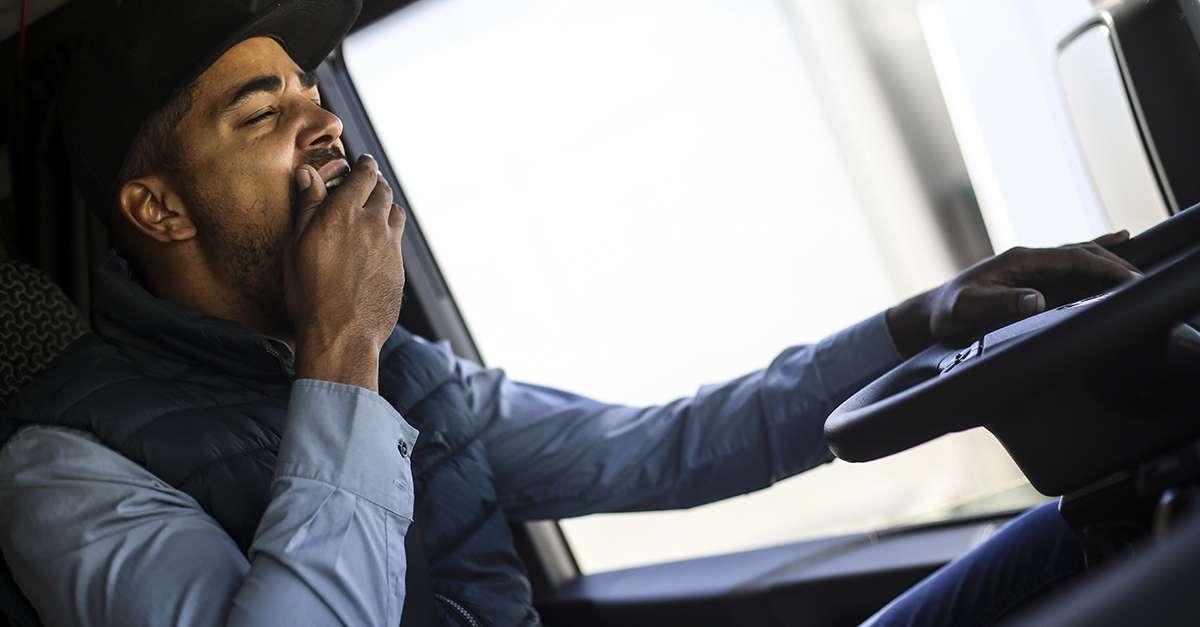 conducteur en train de bailler au volant