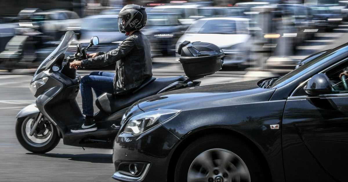 moto dans circulation en ville