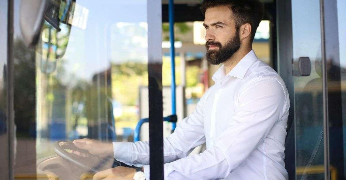 conducteur de bus qui regarde derrière lui