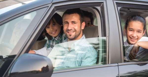 famille souriante en voiture