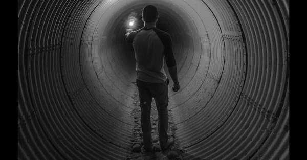 homme dans tunnel