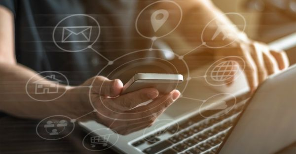utilisateur de smartphone et pc  avec illustration avec toutes les possibilités GPS, chat, email etc à sa disposition