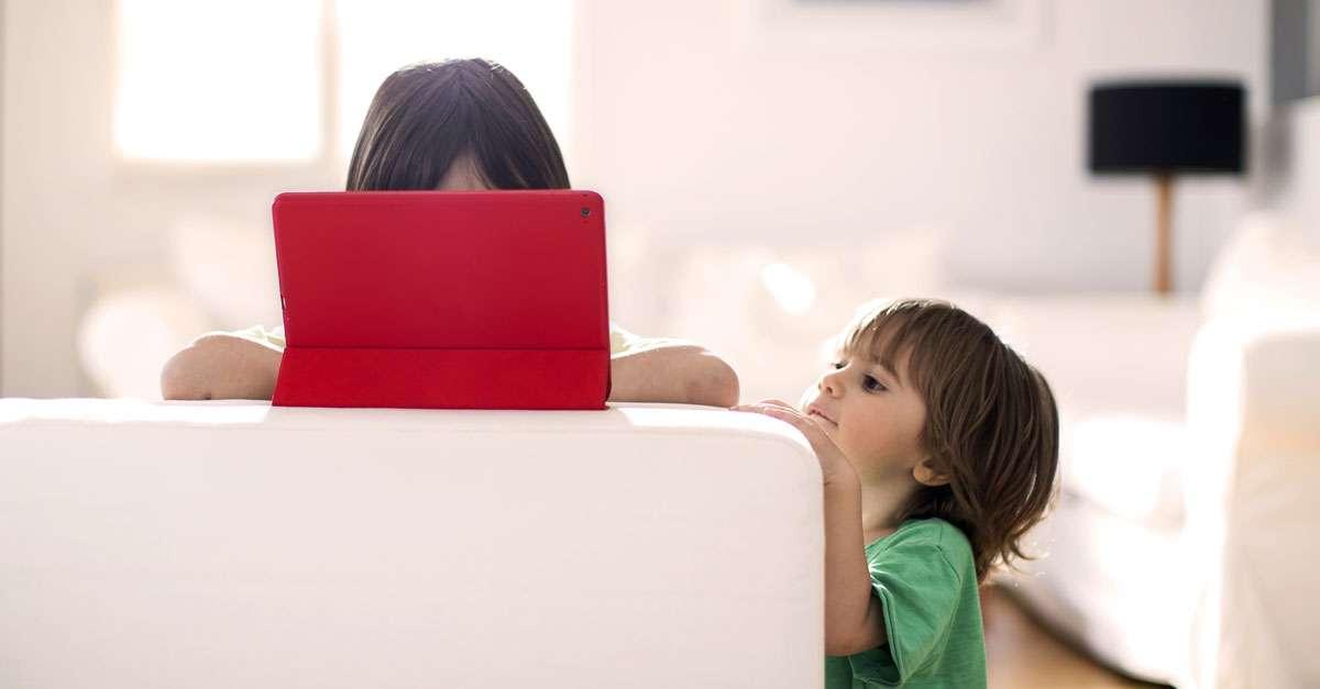 deux enfants qui utilise une tablette