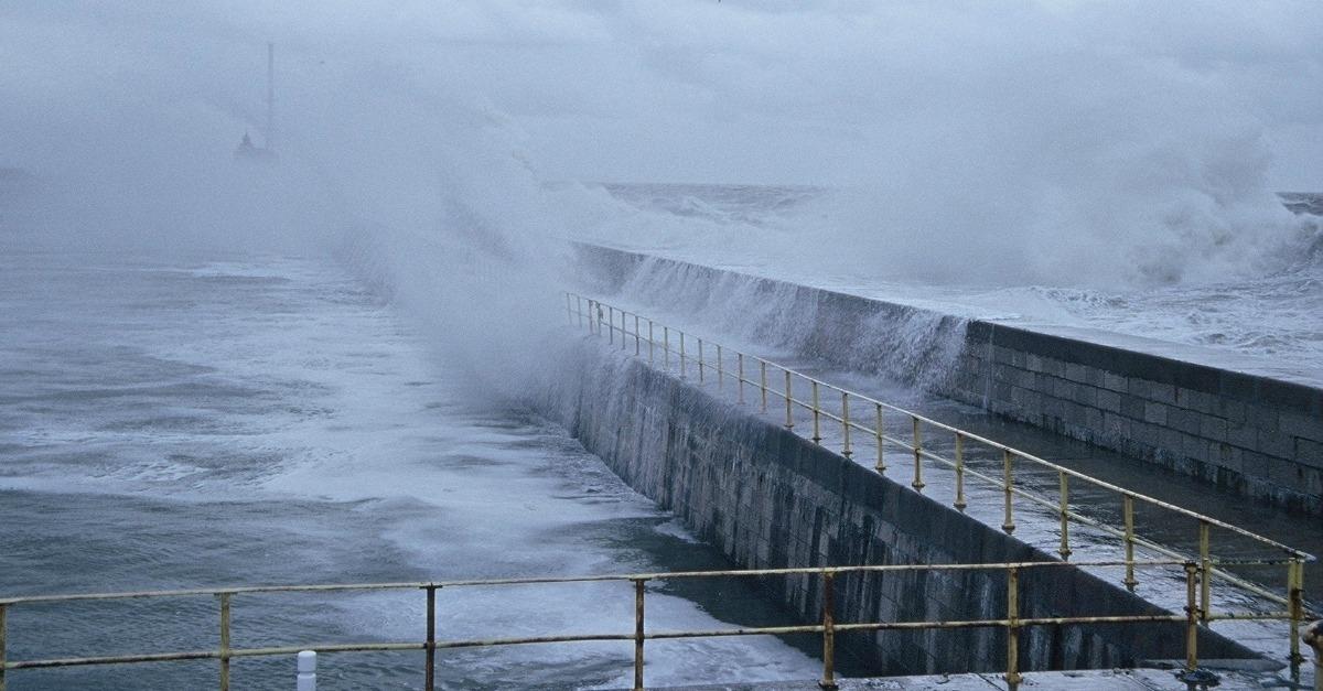 tempête en bord de mer avec des vagues importantes