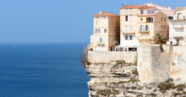 Villas méditerranéens construits sur une falaise qui à l'air instable