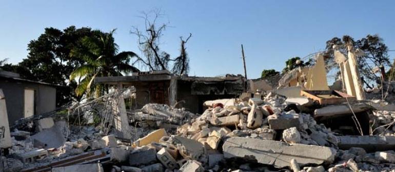 bâtiments écroulés après un séisme importants, une masse de béton et de métal
