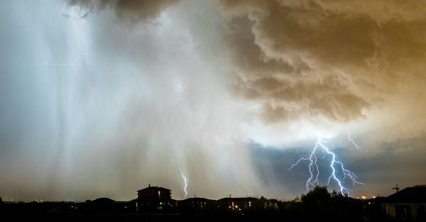 les éclairs frappant une ville lors d'un orage important