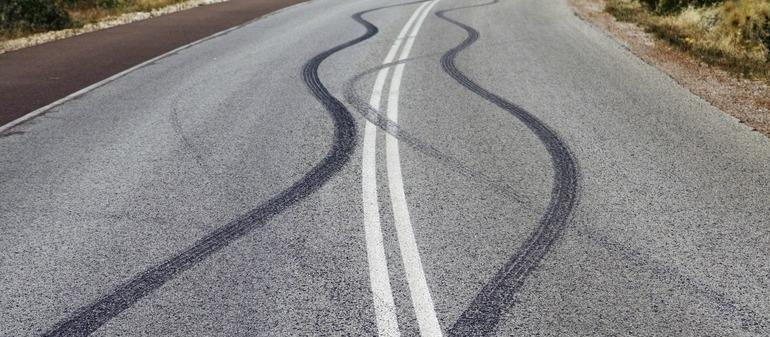 traces de pneu d'une voiture en perte de contrôle