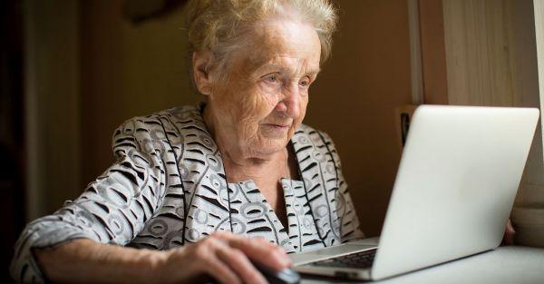 une vieille dame qui surfe sur le web