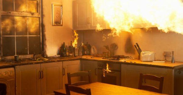 une incendie domestique dans une cuisine