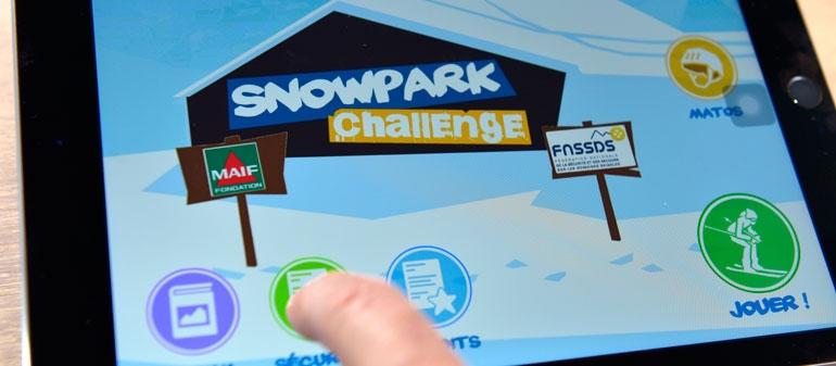 Une personne qui joue à Snowpark Challenge, l'appli gratuite développée pour prévenir les risques en snowpark auprès des jeunes de 8 à 14 ans