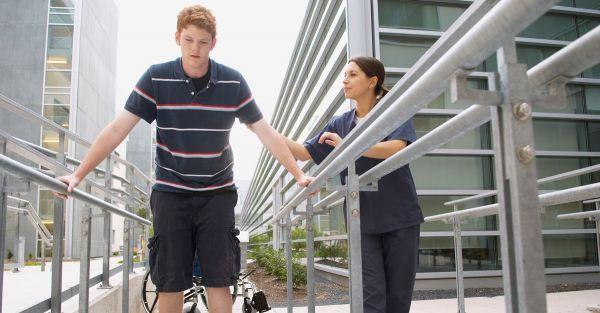 jeune homme qui suit sa rééducaton physique après un accident