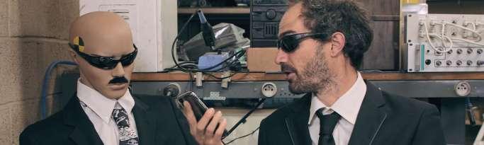 homme déguisé en espion pour montrer des publicités suggérées par nos smartphones