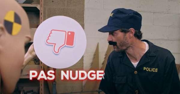 Homme déguisé en policier pour faire une démonstration de nudge